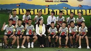 Tayland'da kurtarılan çocuklar basın karşısında