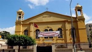 Hıristiyanlar Kurban Bayramı'nı kiliseye pankart asarak kutladı